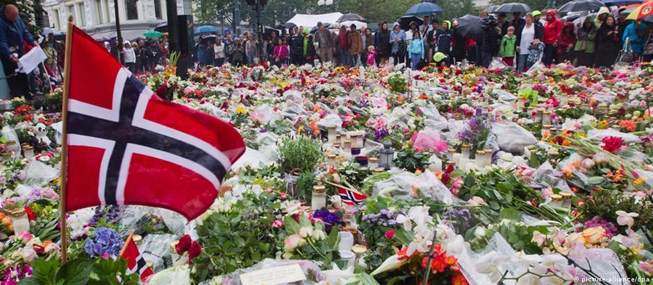 Em Oslo, flores e velas homenageiam vítimas dos atentados de Breivik, em 2011