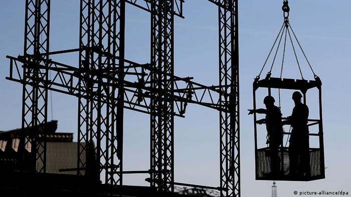 Workers on the crane (photo: Oliver Berg/dpa +++(c) dpa - Bildfunk+++)