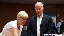 Die Vorsitzende Susanne Kastner (SPD) stellt dem ehemaligen Bundesverteidigungsminister Rudolf Scharping (SPD) am 22.07.2013, zu Beginn der Zeugenvernehmung im Drohnen-Untersuchungsausschuss des Bundestags, im Sitzungssaal des Paul-Löbe-Hauses in Berlin ein Glas Wasser bereit. Foto: Wolfgang Kumm/dpa