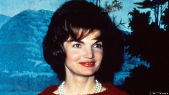 ژاکلین کندی در سال ۱۹۲۹ متولد شد. او که فرانسویتبار است در سال ۱۹۵۳ با جان اف کندی ازدواج کرد و این دو همچون یک زوج رویایی وارد کاخ سفید شدند. حکایت زندگی این دو تا همین امروز نیز از موضوعات جذاب فیلمهای مستند و گزارشهای رسانههاست. ژاکلین کندی به خاطر توجهاش به مد، همواره سمبل یک زن شیک و خوشپوش بوده است. ژاکلین کندی در سال ۱۹۹۴ درگذشت.