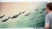 Ein Ausstellungsbesucher geht am 18.07.2013 in Düsseldorf (Nordrhein-Westfalen) an der Reproduktion von Mustang-Staffel aus dem Jahr 1964 von Gerhard Richter vorbei. Die Kunsthalle Düsseldorf zeigt in ihrer Ausstellung Leben mit Pop. Eine Reproduktion des Kapitalistischen Realismus Reproduktionen von Kunstwerken von Gerhard Richter, Konrad Lueg, Sigmar Polke und Manfred Kuttner. Foto: Federico Gambarini/dpa +++(c) dpa - Bildfunk+++ pixel