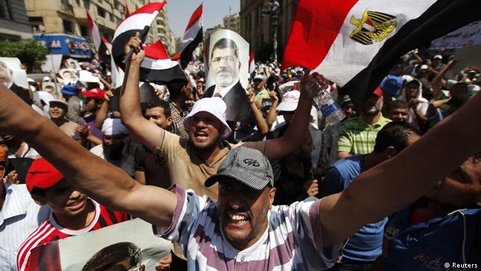 Anhänger der Muslimbruderschaft demonstrieren für Mursi (Foto: Reuters)