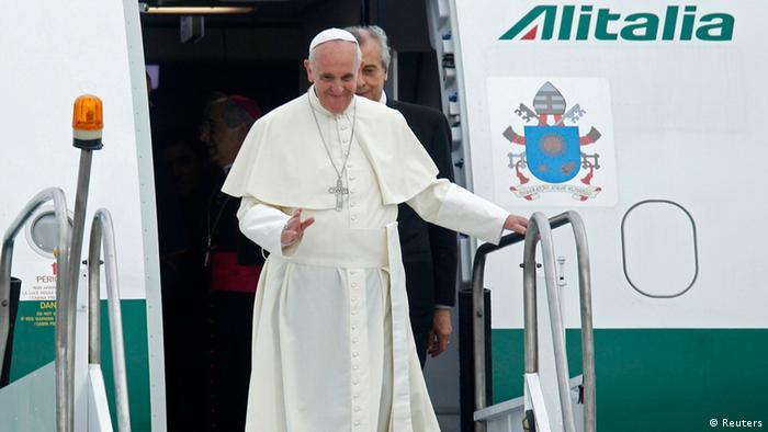 Pope Francis waves upon arrival at Antonio Carlos Jobim International Airport in Rio de Janeiro (photo: REUTERS/Pilar Olivares)