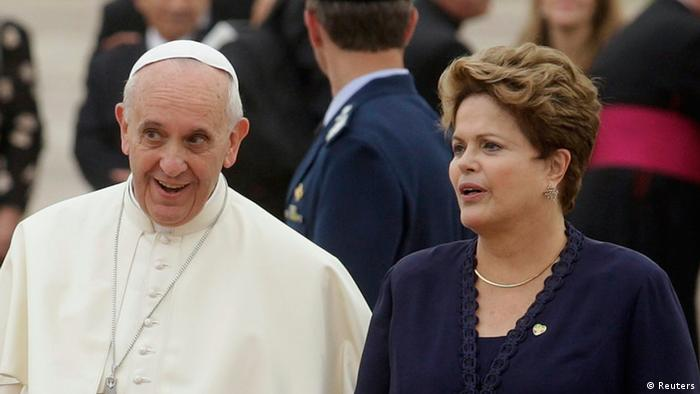 Pope Francis walks with Brazil's President Dilma Rousseff (photo: REUTERS/Pilar Olivares)