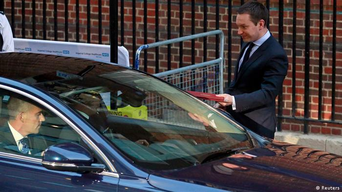 Ed Perkins of Kensington Palace hands over the official birth notice to a waiting driver to take to Buckinham Palace outside the Lindo wing of St Mary's Hospital (photo: REUTERS/Andrew Winning)