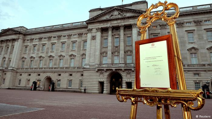 A notice formally announcing the birth of a son to Britain's Prince William and Catherine, Duchess of Cambridge, is placed in the forecourt of Buckingham Palace, in central London July 22, 2013 (photo: REUTERS/Neil Hall)