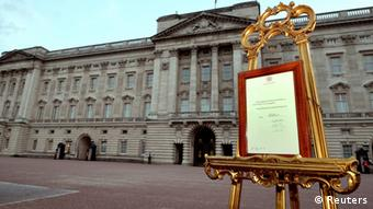 A notice formally announcing the birth of a son to Britain's Prince William and Catherine, Duchess of Cambridge, is placed in the forecourt of Buckingham Palace, in central London July 22, 2013. (Photo: REUTERS/Neil Hall )