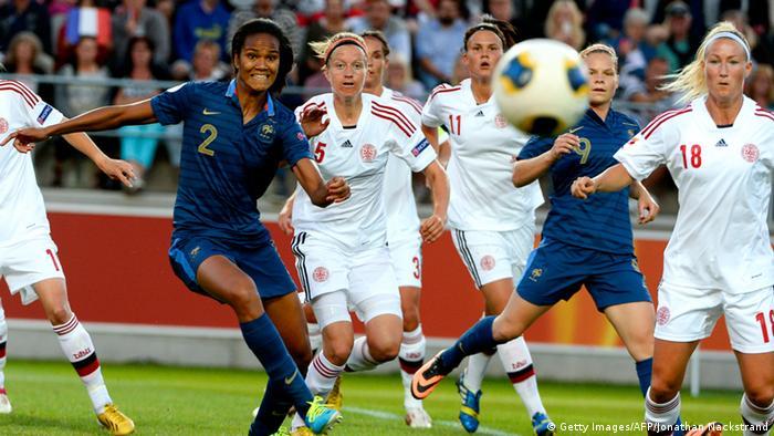 Jogadoras de futebol disputam bola durante partida entre Dinamarca e França