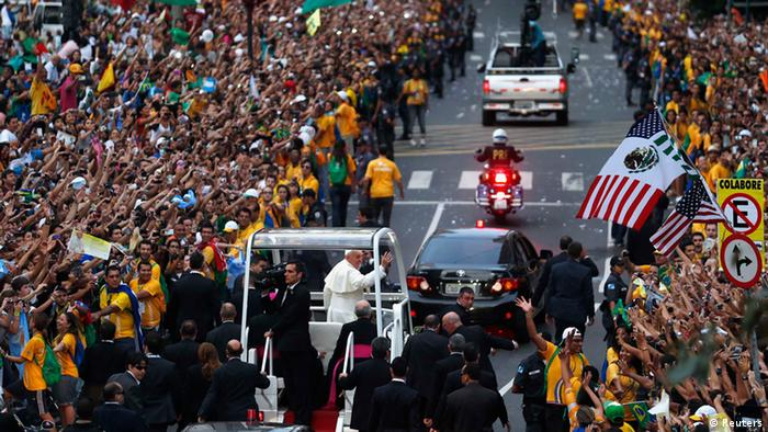 Pope Francis waves to faithful as he arrives in Rio (photo: REUTERS/Stefano Rellandini)