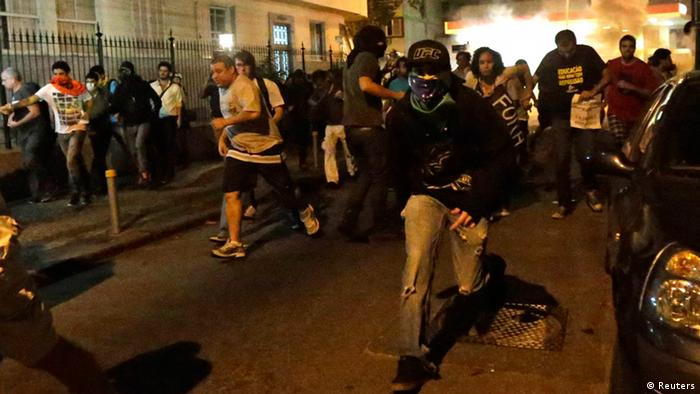 Demonstrators run from police during clashes near Guanabara Palace where Pope Francis was meeting with President Dilma Rousseff (photo: REUTERS/Ricardo Moraes)