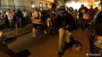 Demonstrators run from police during clashes (photo: REUTERS/Ricardo Moraes)