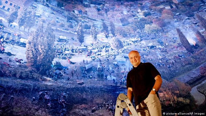 Ядегар Азизи на фоне своей знаменитой панорамы Битва народов