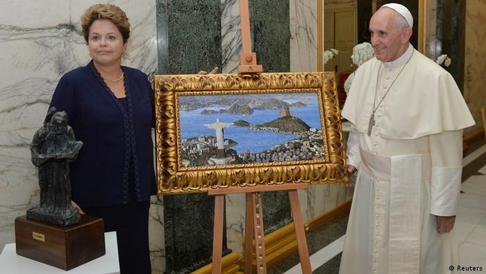 Pope Francis receives from President Dilma Rousseff a painting of Rio de Janeiro during a welcoming ceremony for the Pope (photo: REUTERS/Luca Zennaro-ANSA/Pool)