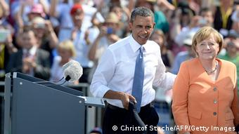 Ausschnitt: (LtoR) US President Barack Obama, German Chancellor Angela Merkel and Berlin Mayor Klaus Wowereit leave the stage after delivering speeches in front of the Brandenburg Gate on June 19, 2013 in Berlin. Barack Obama walks in John F. Kennedy's footsteps on his first visit to Berlin as US president, but encounter a more powerful and sceptical Germany in talks on trade and secret surveillance practices. AFP PHOTO / CHRISTOF STACHE (Photo credit should read CHRISTOF STACHE/AFP/Getty Images)