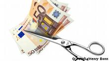 Cutting cash (Fotolia/Henry Bonn)