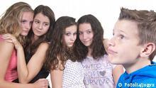 Symbolbild Schwarm Mädchen Junge Schüler Außenseiter Jugendlich Mobbing