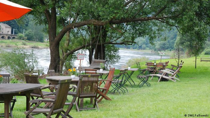 tables and chairs on grass along river Photo:Jens F alkowski, Deutsche Welle