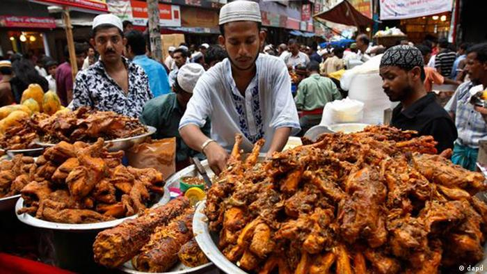 Händler bieten gebratenes Fleisch auf dem Chalk Bazar in Dhaka an - Foto:Pavel Rahman/AP/dapd