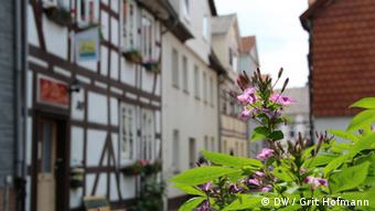 Timber frame houses line the street in the city center (Foto: DW/Grit Hofmann)