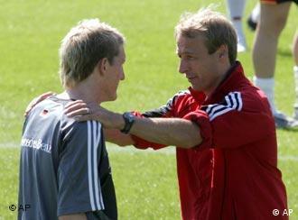 Ex-Bundestrainer Klinsmann im Gespräch mit einem Fußballspieler