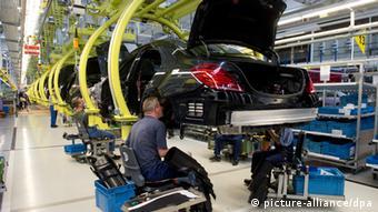 Arbeiter montieren am 12.06.2013 in der Produktion im Werk Sindelfingen (Baden-Württemberg) die Mercedes-Benz S-Klasse. Die Limousine gilt als Hoffnungsträger des Stuttgarter Automobilkonzerns. Foto: Marijan Murat/dpa