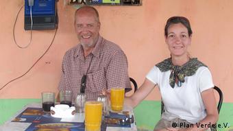 Elke and Stephan Krüger at a table (Foto: Plan Verde e.V.)