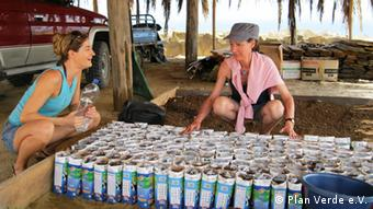 Neem seedlings were handed out to the farmers in small paper bags. Two women have a conversation. (Foto: Plan Verde e.V.)