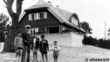 *06.06.1875-12.08.1955+ Schriftsteller, D mit seinen Kindern Elisabeth und Michael sowie zwei Knaben (l. und r.) in Nidden, Kurische Nehrung - 1930