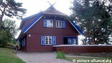 Haus von Th. Mann in Nida / Foto 2000 zu: Mann, Thomas Schriftsteller; 1875-1955. - Sommerhaus von Thomas Mann am Kurischen Haff in Nida (Litauen) in den Jahre 1930-32 (heute Gedenkstaette): Aussenansicht. - Foto, 2000.