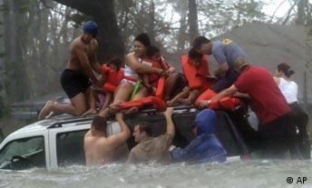 Hurrikan Katrina, eine Familie wird aus den Fluten gerettet