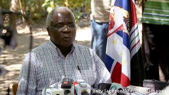 opposition leader Afosno Dhlakama addresses a press conference. Photo:Jinty Jackson /AFP/Getty Images)