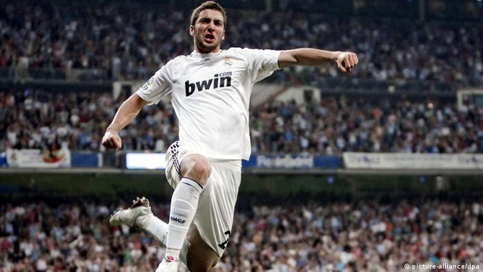 Real Madrid?s Argentinian forward Gonzalo Higuain celebrates after scoring against Getafe CF, during their Spanish First Division League soccer match at Santiago Bernabeu stadium, in Madrid, Spain, 31 October 2009. EPA/EMILIO NARANJO +++(c) dpa - Report+++