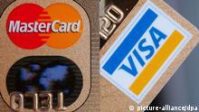 Zwei Kreditkarten der Firmen Mastercard (l) und Visacard, fotografiert am Dienstag (21.06.2005) in Frankfurt am Main. Nach dem millionenfachen Diebstahl von Kreditkartendaten in den USA sind deutsche Kartenbesitzer bislang offenbar von kriminellen Attacken verschont geblieben. Dies teilte das Unternehmen Mastercard am Dienstag in Frankfurt mit. Auch dem Konkurrenten Visa ist kein Missbrauch bekannt. Foto: Boris Roessler dpa/lhe (zu dpa 0361 vom 21.06.2005) +++(c) dpa - Report+++ pixel