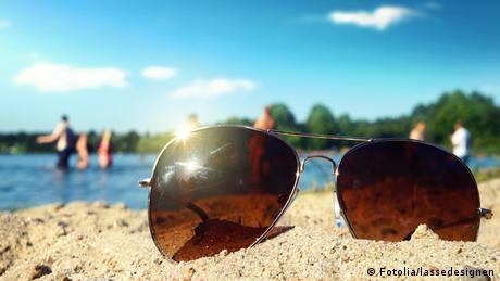 Sunglasses on sand at the beach, Copyright: Fotolia/lassedesignen