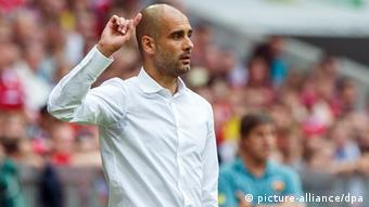 Guardiola gives directions from the sidelines in a July 24, 2013 friendly v Barcelona Foto: Marc Müller/dpa pixel