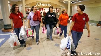 Frauen mit zahlreichen Einkaufstüten verlassen eine Shopping-Mall in den USA