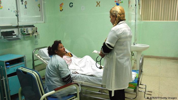 Ein kubanischer Arzt untersucht ein kleines Kind in der Kinder-Herzklinik in Havanna. (Foto: AFP/Getty Images)