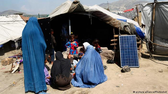 Solarzelle Sonnenenergie Solarkollektor Afghanistan Polio Impfung Kind Kinder (picture alliance/Photoshot)