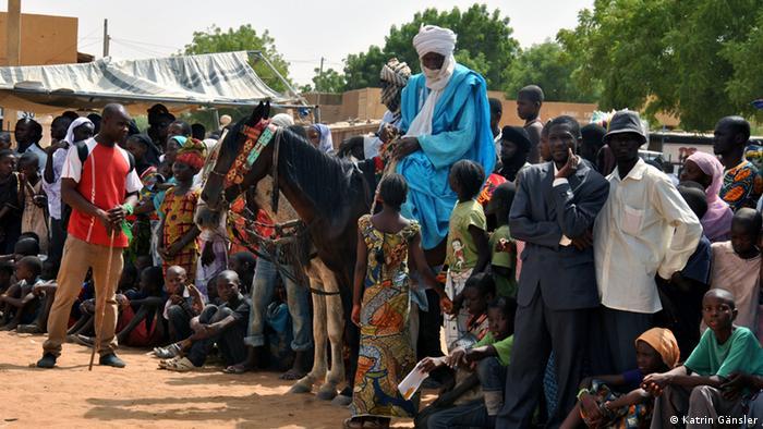 Menschenversammlung in Gao/Mali. (Foto: Katrin Gänsler)
