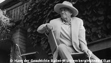 Otto Dix vor seinem Haus in Hemmenhofen
