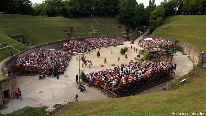 Amphitheater in Trier Römerfest Brot und Spiele Gladiatorenkampf Deutschland (picture-alliance/dpa)