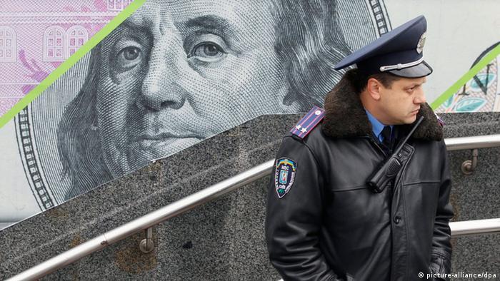Muchos ucranianos buscan cambiar cada vez más grivnas por dólares.