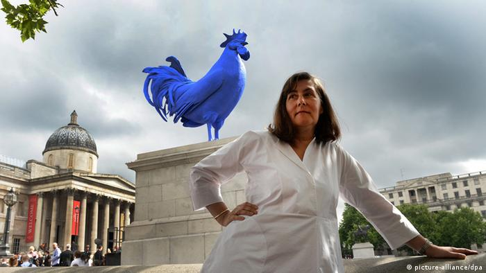 German artist Katharina Fritsch poses with her artwork Hahn / Cock following an unveiling at Trafalgar Square's Fourth Plinth in London (picture-alliance/dpa)
