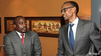 Joseph Kabila (à gauche) et Paul Kagame (à droite) en novembre 2021 à Kampala (Ouganda)