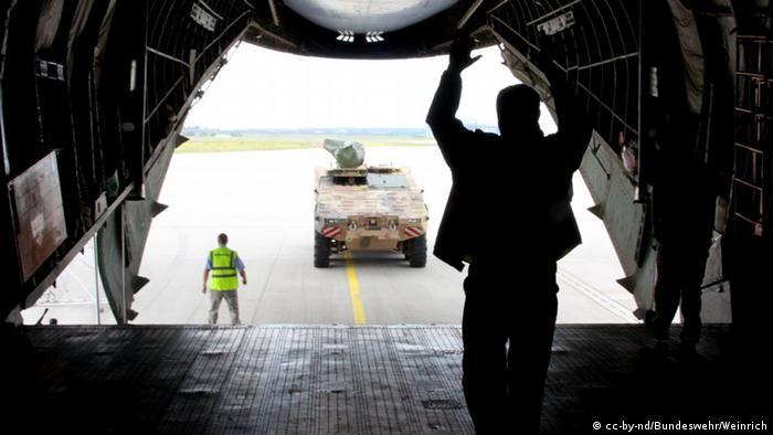Fahrzeuge werden in ein russisches Antonov Frachtflugzeug verladen. (Foto: Bundeswehr/Weinrich)