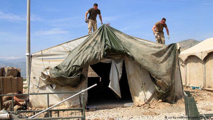 Spezialpioniere aus Husum bauen am OP-North (Observation Post) die Zelte ab. (Foto: Bundeswehr/Bienert)