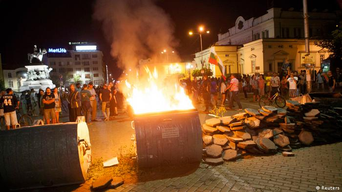 Protesters burn a barricade outside the parliament building in Sofia, early July 24, 2013. (Photo: REUTERS/Stringer)