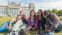 die sechs Kandidaten von Ticket nach Berlin sitzen auf einer Wiese vor dem Bundestag