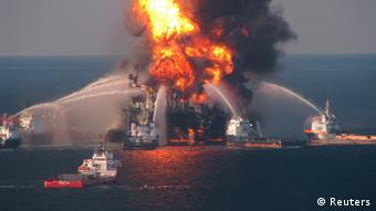 La plataforma Deepwater Horizo arde en llamas.