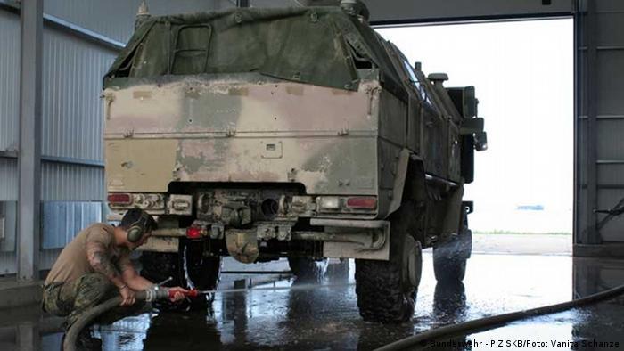 Ein Bundeswehrsoldat reinigt ein Fahrzeug vor dem Transport nach Deutschland (Foto: PIZ SKB/Vanita Schanze)